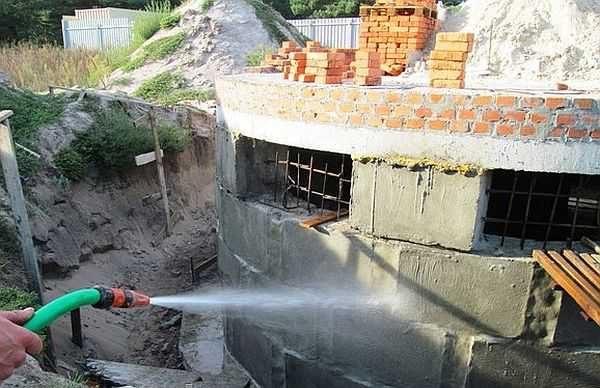 Перед нанесением проникающей гидроизоляции поверхность необходимо кропотливо смочить: процесс пойдет резвее при достаточном количестве воды