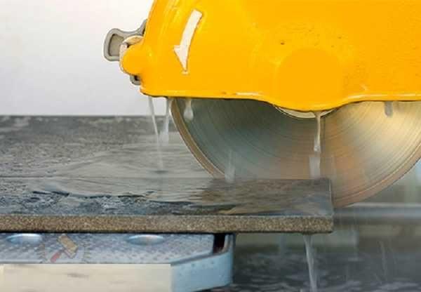 При разрезании плитки вода подается в рабочую зону, понижая количество пыли и охлаждая пильный диск