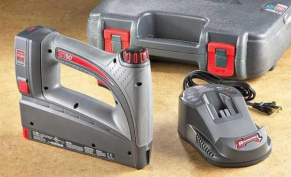 """Аккумуляторный степлер удобнее тем, что за ним не таскается """"хвост"""" из кабеля, но он тяжелее за счет батарей"""