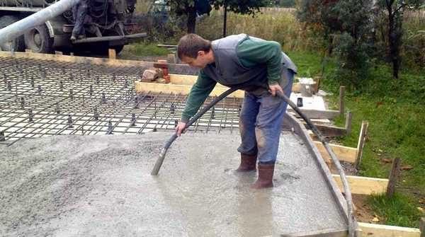 Удалить воздух и улучшить связь между частицами бетона - вот задачи, которые выполняет вибратор