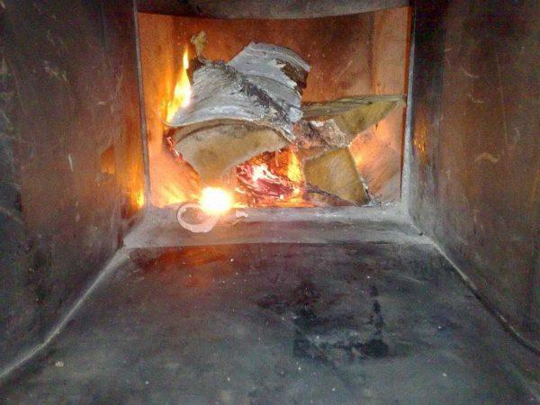 Интенсивность горения дров в топке регулируется легко