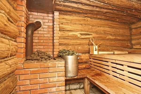 Баня с металлической печью, обложенной кирпичом. Для более мягкого режима неплохо было бы еще трубу экранировать или сеткой с камнями или кирпичным чехлом