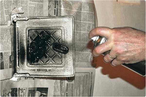 Если окрашиваете металлические детали кирпичной печи, остальную поверхность нужно защитить