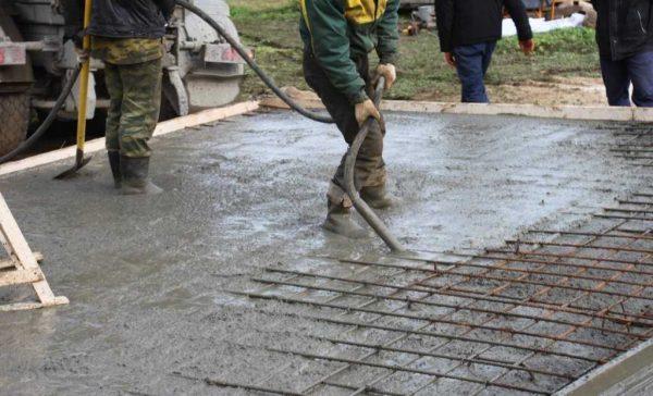 Обрабатываем бетон вибратором