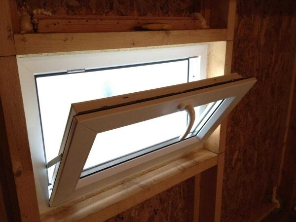 Устанавливаем окна в моечной и комнате отдыха