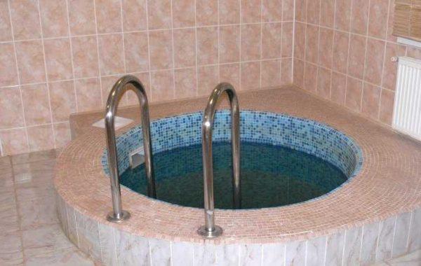 При наличии открытой воды в помещении подымается влажность