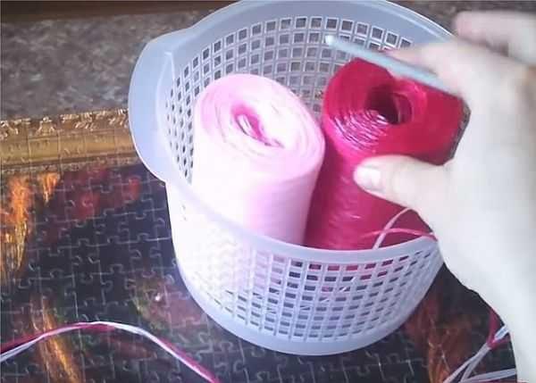 Вяжем их двух тонких нитей (можно из одной потолще, так начинающим будет удобнее)