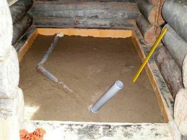 Песчаная подушка, в которой установлен слив и бортик по периметру - чтобы можно было впоследствии приклеить полосу гидроизоляции, а потом - плитку