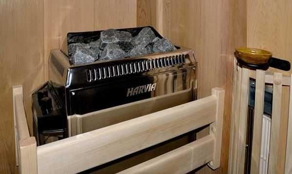 Несмотря на то, что корпуса обычно делают теплоизолированными, для большей безопасности лучше сделать деревянное ограждение. Особенно это актуально для небольших по размерам парилок: так случайно не прикоснетесь к горячей поверхности