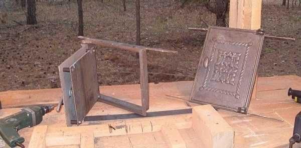 Чтобы легче было ставить дверцы, к рамке можно прикрепить полоски стали