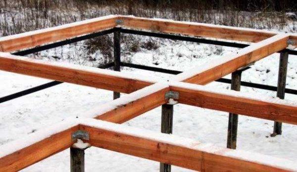 При необходимости верхушки свай связывают ростверком. Он нужен, если строиться будет кирпичная, блочная или каркасная баня
