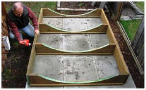 Основание для бани-бочки скрепляют при помощи шурупов и шуруповерта