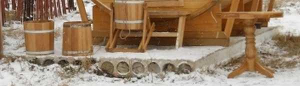 В качестве основания можно использовать бетонную плиту или самому забетонировать площадку