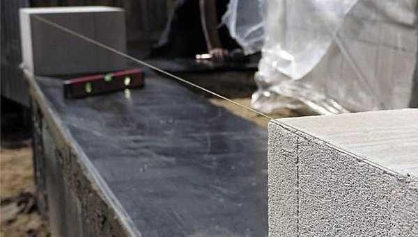 На ленточный фундамент под первый ряд кладки укладывают два слоя рулонной гидроизоляции (можно дважды промазать битумной мастикой)