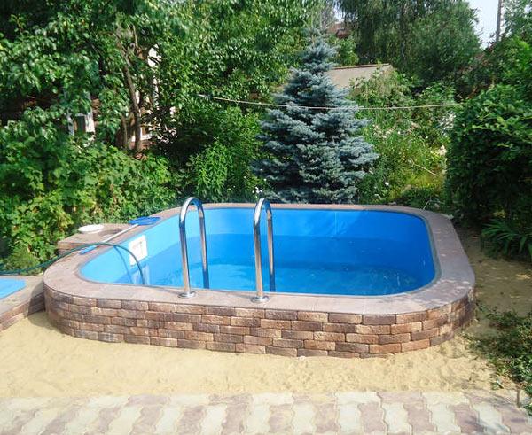 Маленький полипропиленовый бассейн с отделкой из декоративного кирпича