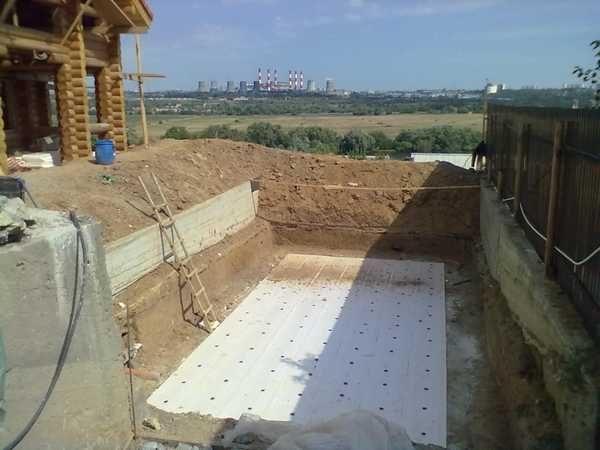 На бетонную плиту укладывают пенополистирольные плиты