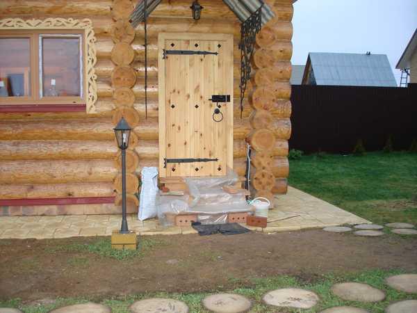 Входная дверь для бани и сауны из дерева