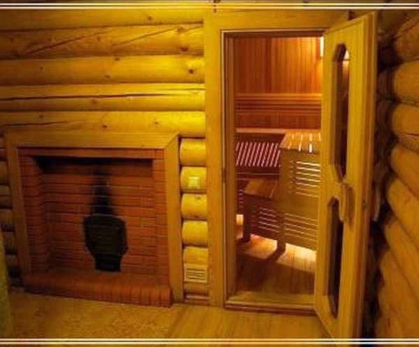 Двери в сауне устанавливаются так, чтобы внизу была щель не менее 2 см