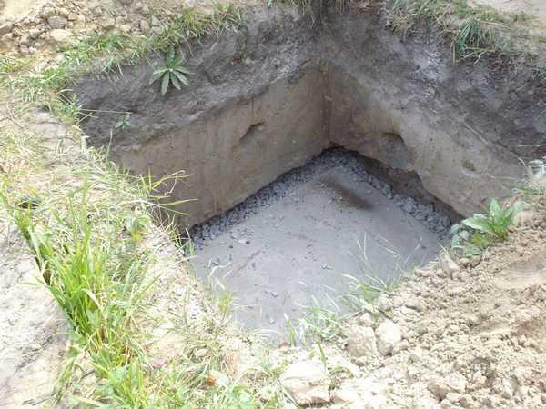 Укреплять стены сливной ямы нужно только в том случае, когда грунт сыпучий