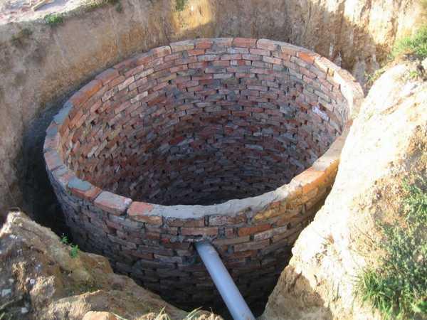 Сделать корпус сливной ямы можно из кирпича