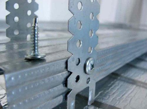 Металлические направляющие для сайдинга крепятся на специальные подвесы