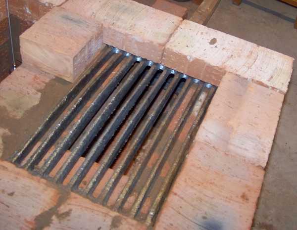В местах соединения печного литья с каменной кладкой можно использовать глиняный раствор с добавлением минеральной ваты