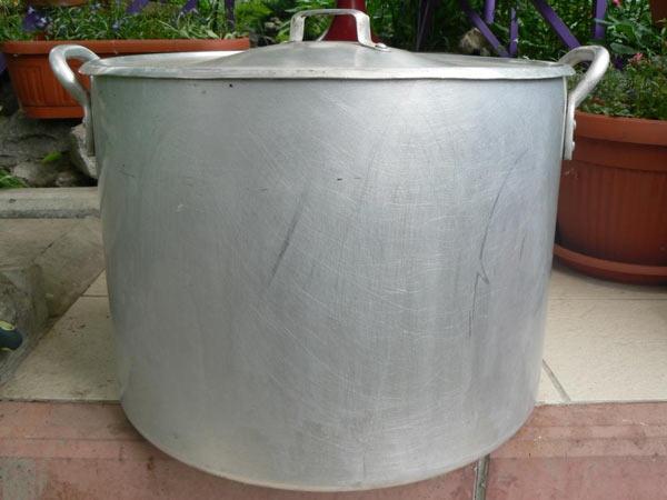 Алюминиевую кастрюлю емкостью 50 литров можно установить как на металлическую так и на кирпичную печку