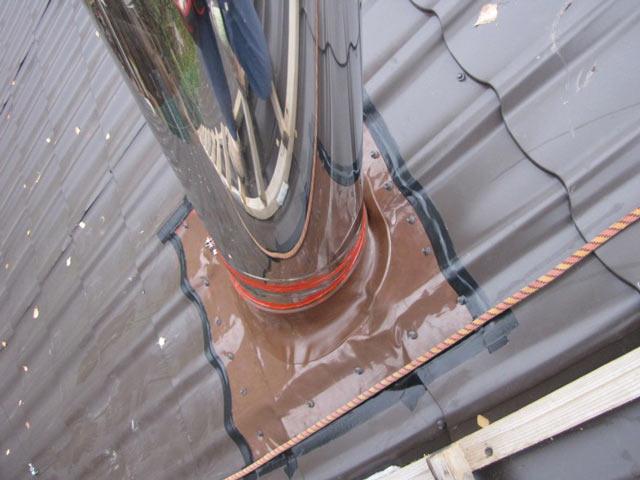 Проход через металлочерепицу герметизирован при помощи проходки Мастер Флеш. Дополнительно использована битумная лента
