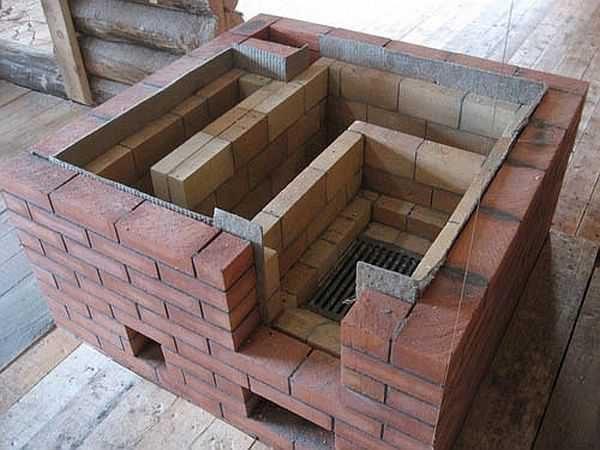 Тут хорошо видно, что между стопкой и корпусом уложен лист картона из базальтового волокна