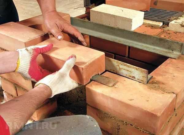 В некоторых местах необходимо укладывать металлические уголки и полосы для усиления конструкции и для поддержки свода