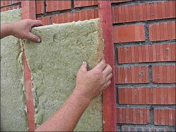 Стены бани из кирпича необходимо обязательно утеплять изнутри. Снаружи утепление желательно