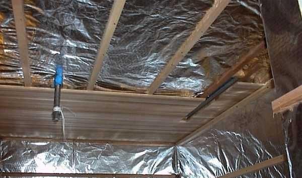 Фольгированная пароизоляция на потолке и стенах парилки