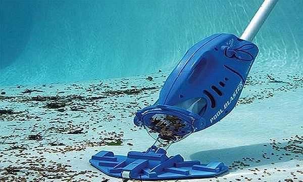 Подводный пылесос для очистки бассейна. Он может быть на длинной ручке, а шланг от него подключается к фильтру
