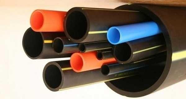 Между колодцем и домом, дачей, баней, укладывают трубы из полипропилена или полиэтилена