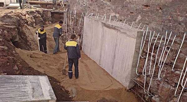 Создание цементной рубашки (обоймы) - эффективный, но сложный метод усиления старого фундамента