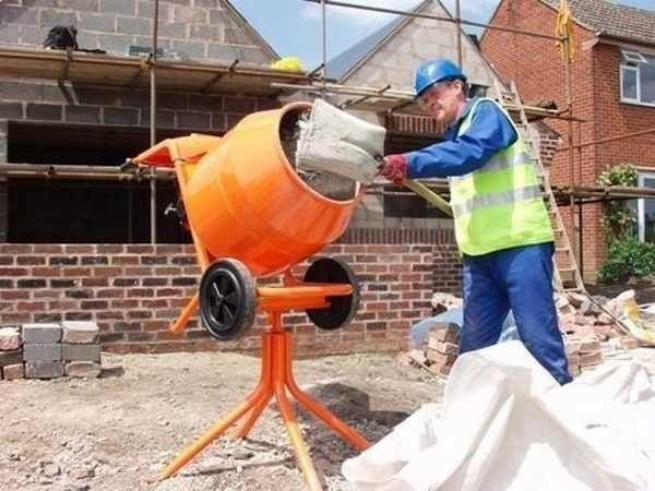 Для замеса в зимнее время используют горячую воду и подогретую засыпку. Цемент греть нельзя