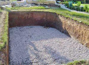 Подготовка основания - укладка дренажных труб, трубы под донный слив, затем выравнивание основание с уклоном в сторону слива. Сверху все засыпается щебнем и песком