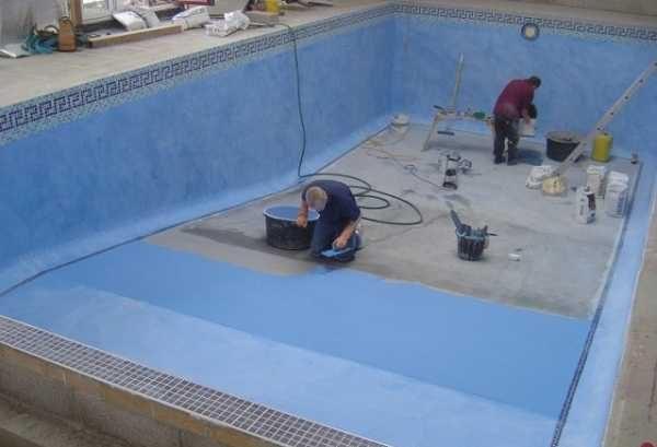 Этот бетонный бассейн отделывают пленкой ПВХ