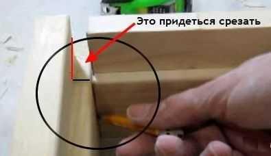 На первом этапе сборки дверной коробки нужно поработать пилой и стамесками