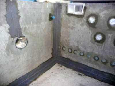 После оштукатуривания вставляются закладные - форсунки, сливы, прожектора подсветки и т.п