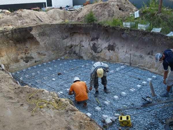 Первый пояс арматуры должен находится на 5 см выше края бетонной плиты. Для этого арматуру укладывают на кирпичи или специальные подставки