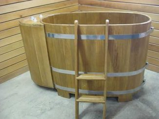 Деревянные купели ставят только сверху на пол или грунт, причем на подставку, чтобы обеспечить вентиляцию днища