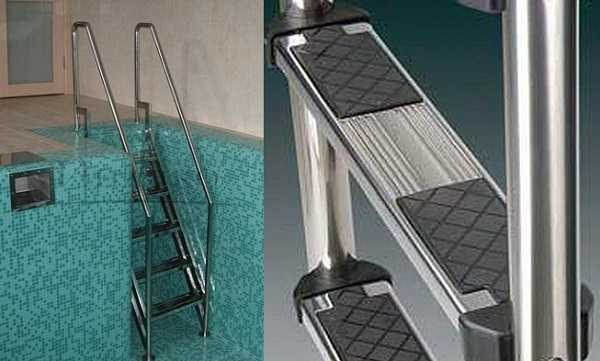 Чтобы в воде ноги по ступеням не скользили, на них устанавливают накладки