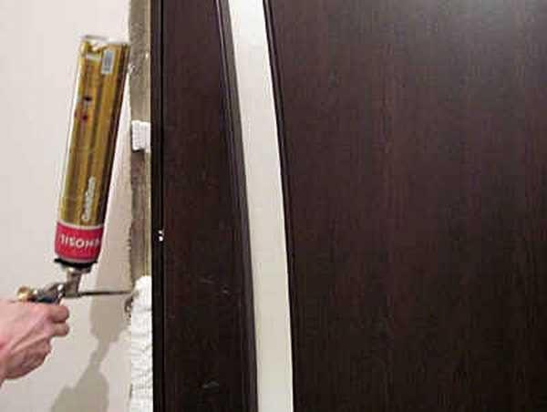 Заполняем промежуток между коробкой и стеной пеной