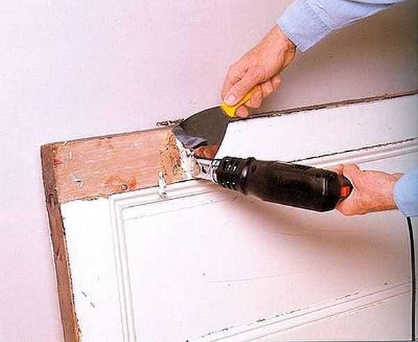 Реставрация деревянной двери начинается с удаления старой краски или лака