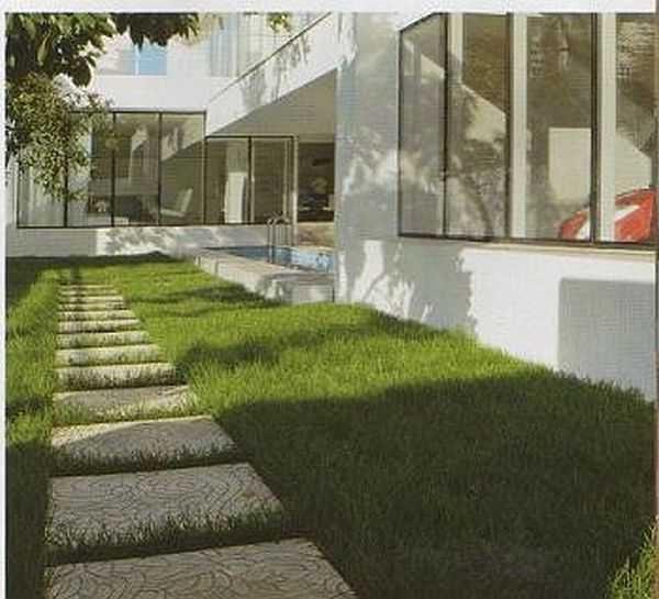 Сделав мягкую отмостку вокруг дома, вплотную к фундаменту можно разбить цветник