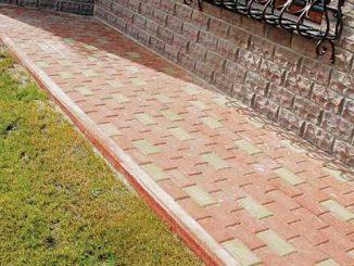 Омостка вокруг дома может выполнять также роль пешеходной дорожки