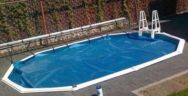 Сохранить тепло и ускорить прогрев воды можно при помощи покрывала, которое плавает на воде