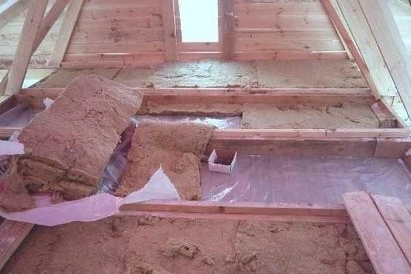 После установки и закрепления панелей на стенах, в них укладывается теплоизоляция, сверху на нее - гидроизоляция