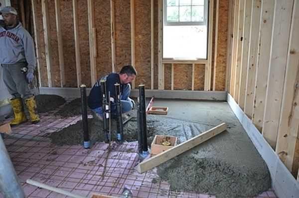 После того, как баня {amp}quot;усядется{amp}quot; можно сделать бетонный пол